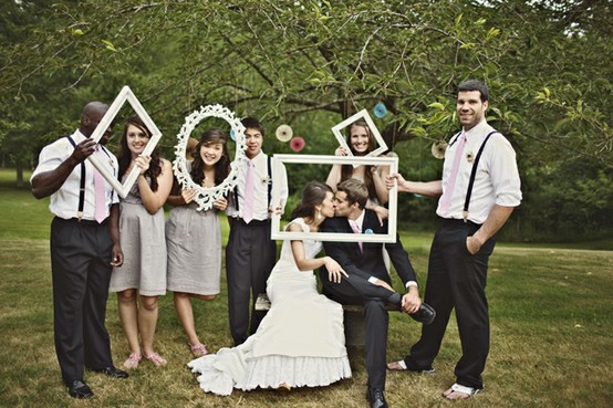 Funny-wedding-photo-booth-with-picture-frame4